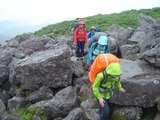 雨の中、白馬乗鞍の火山岩を進む