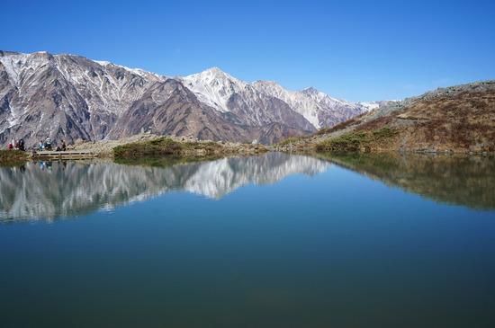 鏡のように山並みを映す八方池