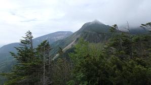 天狗岳(中央)と硫黄岳(左奥)