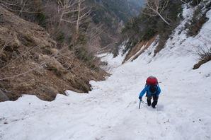 常念乗越に向かう最後の雪渓を登る