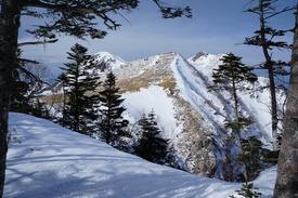 夏沢峠近くから見た西天狗岳(左)と東天狗岳(右)、根石岳(中央)