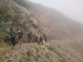 稜線手前のガレ場