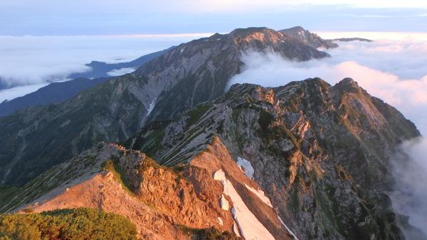 朝日を浴びる白馬岳方面