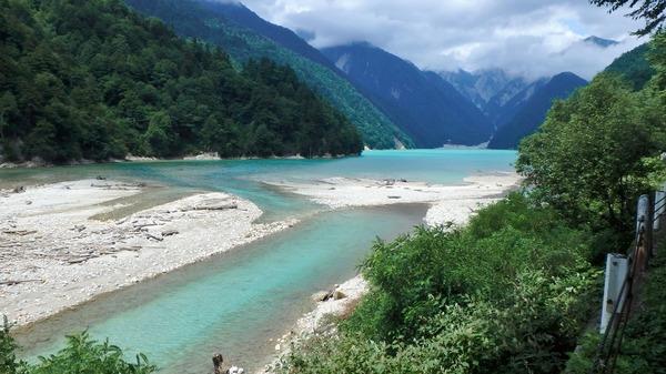 高瀬ダムの上流の川はエメラルドグリーン