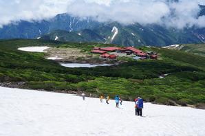 お池巡りの下山中にも少し雪渓を歩きます