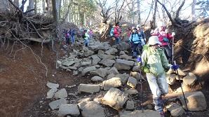 大山からの下りはコロコロ岩