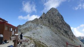 槍ヶ岳山荘から槍ヶ岳を仰ぐ