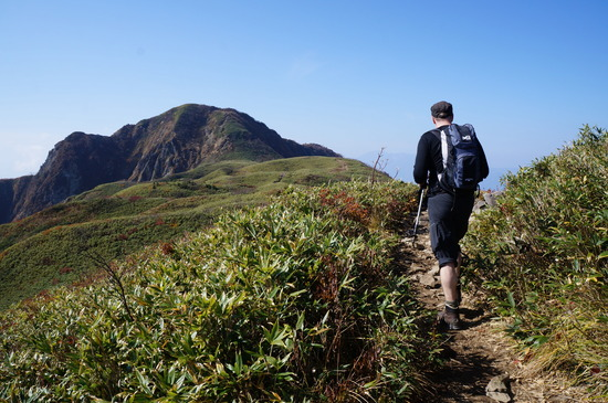緩やかな起伏の笹平に出たら、山頂は近い