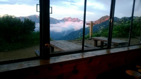 種池山荘の食堂から見た針ノ木岳(中央)