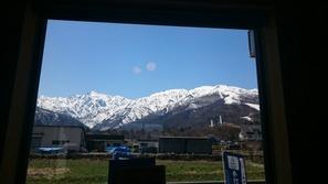 蕎麦処りき 店内の窓から五竜岳と八方尾根を望む