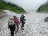 大雪渓を踏みしめて