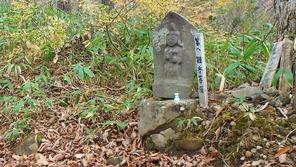 途中に何体かの石仏が見られる