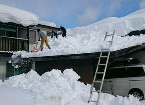 屋根の雪おろし