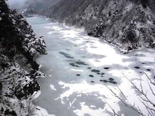 うっすらと凍る龍神湖