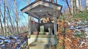 柄山峠に建つ祠に安置された地蔵菩薩と大日如来