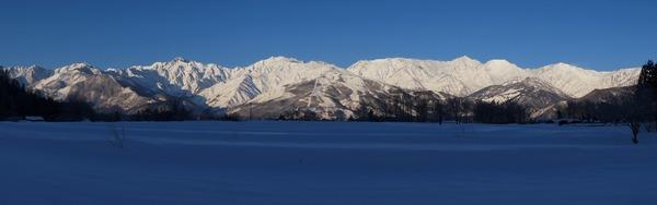 北大出からの五竜岳(左)と白馬三山(右)