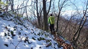 峠近くの日陰には積雪がありました