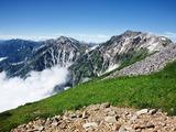 稜線から見た白馬岳(右)