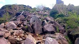 中山峠から天狗岳へ向かう登山道はゴロゴロ岩