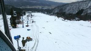 テレキャビン内からスキー場山麓を見おろした構図(奥が山麓)
