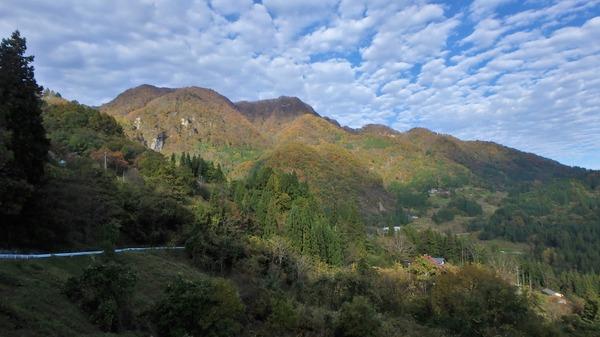 麓の集落から見た虫倉山