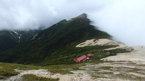 振り返って見た常念小屋と横通岳