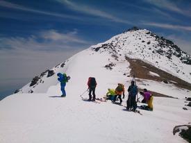 乗鞍岳の肩に到着、後方に山頂の祠が見えます