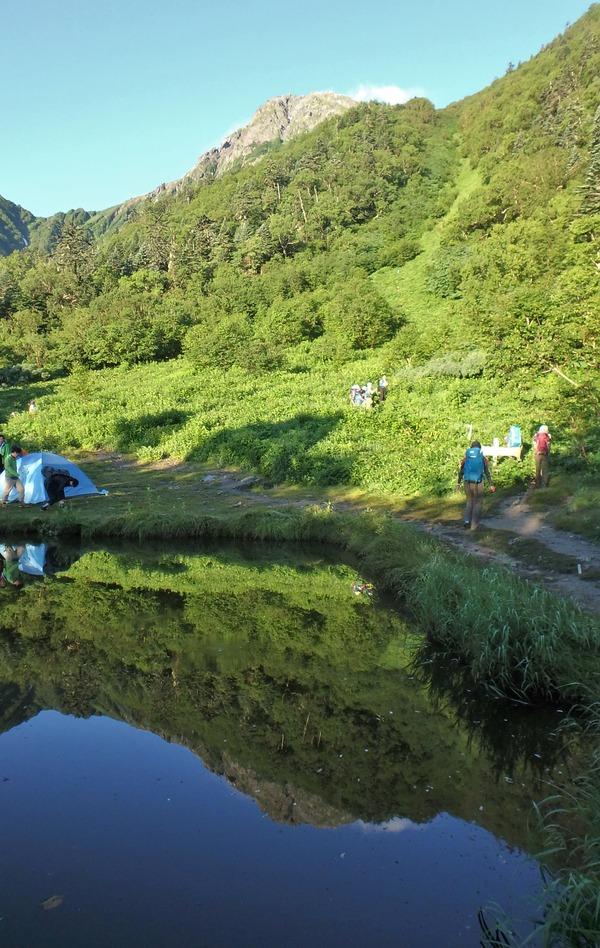白根御池(しらねおいけ)に映る北岳