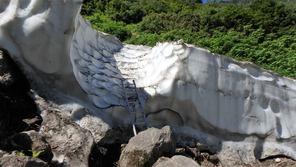 階段状に整備してあった仙人谷の雪渓