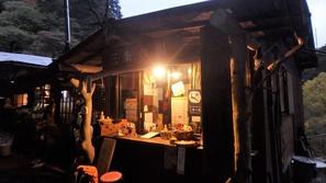 山小屋「三条の湯」の受付&売店
