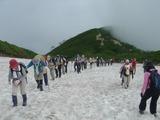 丸山の直下に残る雪渓