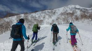 妙高杉ノ原スキー場の上部から三田原山に向かいます
