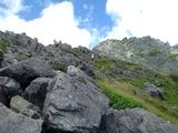 岩場地帯を登って北穂を目指します
