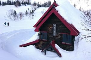 雪に埋もれる旧栂池ヒュッテ
