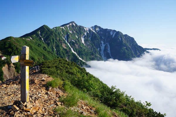 冷乗越(つめたのっこし)から望む鹿島槍ヶ岳