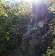 下りはじめは湿った岩場で足元がゴロゴロ