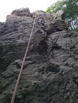 日和田山の男岩で岩登り