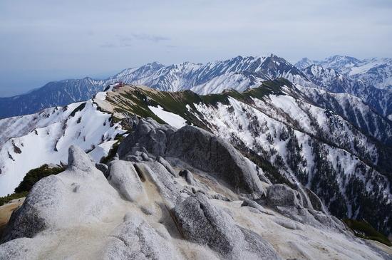 山頂から下山中に燕山荘方面を望む