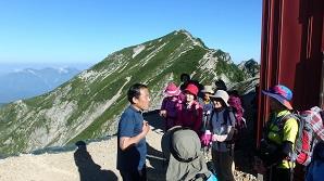 お見送りをしてくれた唐松岳頂上山荘の支配人の中川さん(中央)