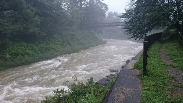 大出の吊橋と増水した姫川