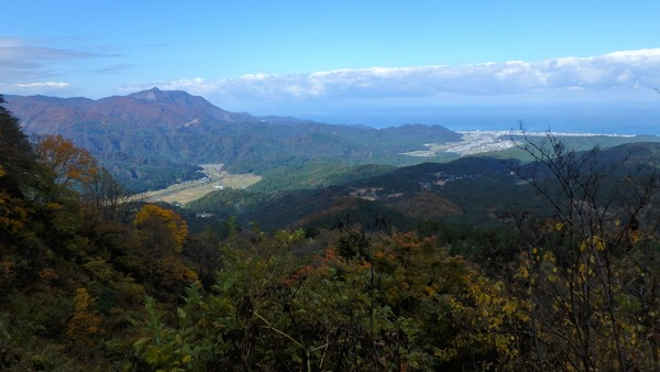 振り向くと、糸魚川市街と日本海