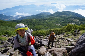 白馬乗鞍の大斜面のゴロゴロ岩地帯を登る