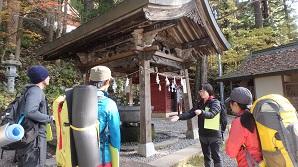 戸隠神社中社で解説するガイド役の学生さん