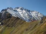 冠雪した五竜岳と五竜山荘
