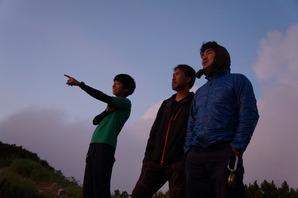 夕景を堪能する歩荷チーム