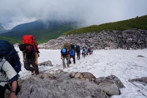 白馬乗鞍の大斜面に残る雪渓