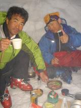 雪洞内でディナー