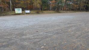 南登山道の入り口、「飯縄山登山口」の広い駐車場