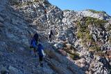岩稜帯の登山道を進む
