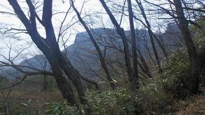 登山道から望むトモ岩